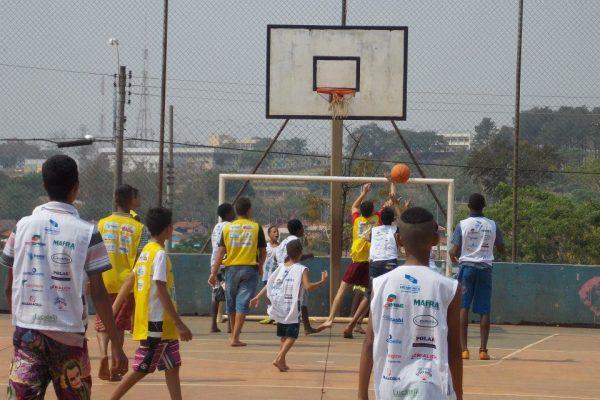 Partida de basquete no Jardim Paiva