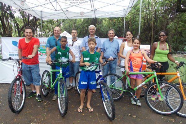 Atletas da ONG Lacultesp ganham bicicleta em sorteio