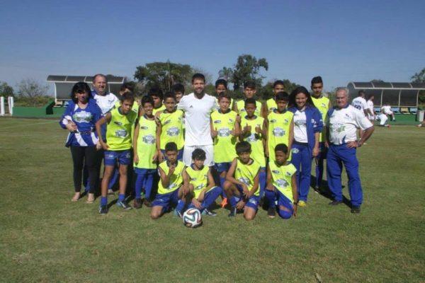 Garotos da ONG com o jogador Diego Ribas